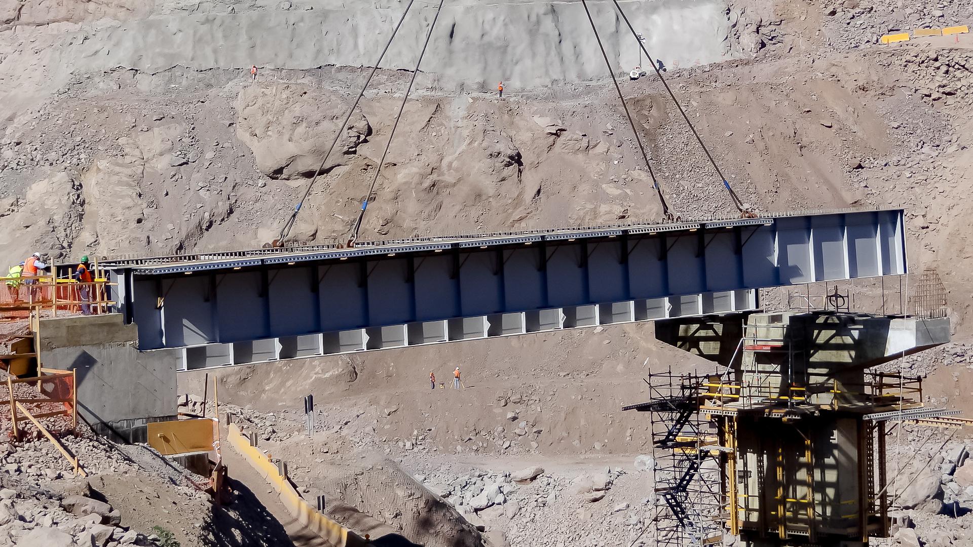 Montaje de vigas y arriostramientos Puente Confluencia